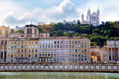 Saone River och Fourviere basilika i bakgrunden Lyon Frankrike Arkivbild