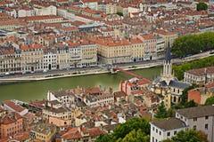 Saone River och kyrka på Lyon, Frankrike Royaltyfri Foto