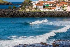 Saoskälm, Azores, Portugal - Maj 16, 2017: Bränningskola i Sao R Arkivbilder