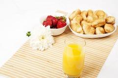 Sap, croissanten en Bessen op een bamboeservet Stock Afbeelding