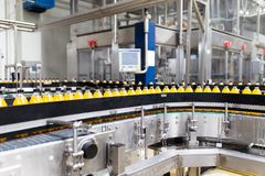 Sap en soda bottelende fabriek stock afbeeldingen