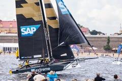 SAP springer det extrema seglinglaget på extrema segla katamaran för seriehandling 5 på 1th-4th September 2016 i St Petersburg Arkivfoto