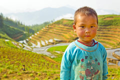 SAPA,越南- 2014年5月:当地Akha孩子,小山村庄 免版税库存图片