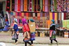 SAPA,越南- 2015年2月08日:Hmong妇女 库存图片