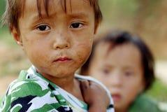 SAPA,越南- 9月13 :花H'mon的二个未认出的男孩 库存图片