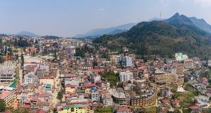 SAPA, ВЬЕТНАМ - 5-ОЕ МАРТА 2017: Осмотрите сверху города Sapa в северо-западном Вьетнаме Город Стоковая Фотография