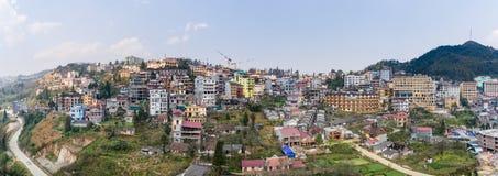 SAPA, ВЬЕТНАМ - 5-ОЕ МАРТА 2017: Осмотрите сверху города Sapa в северо-западном Вьетнаме Город Стоковые Изображения RF