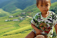 SAPA, ВЬЕТНАМ - 13-ОЕ СЕНТЯБРЯ: Неопознанный мальчик цветка H'mong ind Стоковые Фото