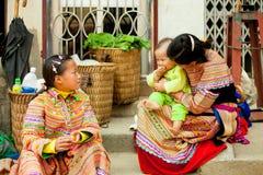 SAPA, ВЬЕТНАМ - 28-ОЕ ФЕВРАЛЯ: Неопознанная девушка H'mong этнического Mi Стоковое Фото