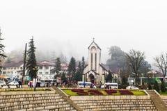 SAPA, ВЬЕТНАМ - 1-ОЕ ЯНВАРЯ 2018: Каменная церковь в центре города в Sapa, Вьетнаме Sapa красивый, гористый городок в северном Вь стоковое фото rf