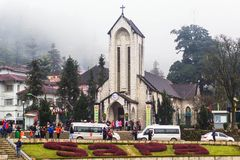 SAPA, ВЬЕТНАМ - 1-ОЕ ЯНВАРЯ 2018: Каменная церковь в центре города в Sapa, Вьетнаме Sapa красивый, гористый городок в северном Вь стоковое изображение rf