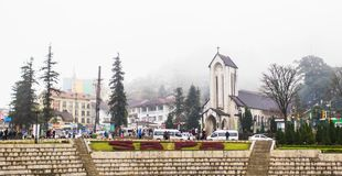SAPA, ВЬЕТНАМ - 1-ОЕ ЯНВАРЯ 2018: Каменная церковь в центре города в Sapa, Вьетнаме Sapa красивый, гористый городок в северном Вь стоковые изображения