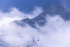 电电车努力去做番西邦峰山峰高山在印度支那,在3,143米在Sapa,越南 免版税图库摄影