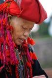 Mujer roja de la minoría étnica de Dao con el turbante en Sapa, Vietnam Foto de archivo libre de regalías