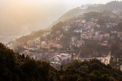 Sapa-Talstadt im Nebel morgens, Vietnam lizenzfreie stockfotografie