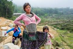 Sapa, Vietnam - 24. April 2018: Lokales Mädchen vom hilltribe steht vor schöner Landschaft in Sapa Stockbild