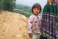 Sapa, Vietnam - 24. April 2018: SYounf-Kind in Sapa betrachtet Kamera Lizenzfreie Stockfotos