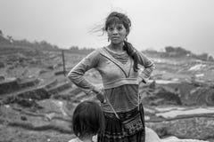 Sapa, Vietnam - 24 aprile 2018: La ragazza locale da hilltribe sta prima di bello paesaggio in Sapa Fotografie Stock
