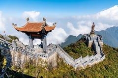 SAPA, VIETNAM - BRENG binnen 14, van 2019 Standbeeld van Guan-Yin Buddha en Paviljoen op Fansipan-bergpiek de in de war hoogste b stock afbeeldingen