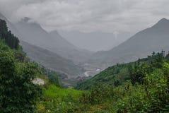 Sapa, Vietnam Campos verdes y montañas blancos y negros Imagen de archivo libre de regalías