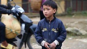 Sapa, Vietnam - 30 de noviembre de 2016: Los niños del grupo étnico de Hmong negro viven en pobreza en los pueblos localizados ad almacen de metraje de vídeo