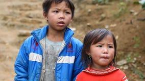 Sapa, Vietnam - 30 de noviembre de 2016: Los niños del grupo étnico de Hmong negro viven en pobreza en los pueblos localizados ad metrajes