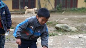 Sapa, Vietnam - 30 de noviembre de 2016: Los niños del grupo étnico de Hmong negro viven en pobreza en los pueblos localizados ad almacen de video