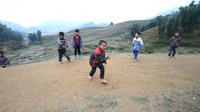 Sapa Vietnam - December 01, 2016: Barn för etnisk minoritet som spelar en lek med snurrblast, i en landsbygd nära stock video