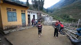 Sapa, Vietnam - 1er décembre 2016 : Enfants de minorité ethnique jouant un jeu avec des dessus de rotation, dans une zone rurale  clips vidéos
