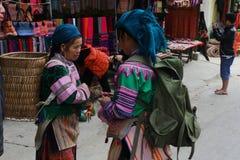 SAPA VIETNAM - FEBRUARI 08, 2015: Hmong kvinnor Fotografering för Bildbyråer