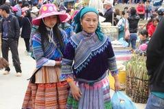 SAPA VIETNAM - FEBRUARI 08, 2015: Hmong kvinnor Royaltyfri Fotografi