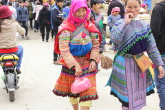 SAPA VIETNAM - FEBRUARI 08, 2015: Hmong kvinnor Arkivfoton
