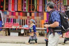 SAPA VIETNAM - FEBRUARI 08, 2015: Hmong kvinnor Royaltyfria Foton