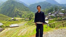 SAPA, VIETNAM - MAGGIO 2014: posa indigena dell'uomo di Akha Immagini Stock
