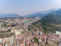 SAPA VIETNAM - 05 MARS 2017: Sikt från ovannämnt av staden Sapa i nordvästliga Vietnam Staden Arkivfoto