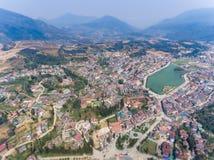 SAPA VIETNAM - 05 MARS 2017: Sikt från ovannämnt av staden Sapa i nordvästliga Vietnam Staden Arkivfoton