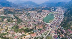 SAPA VIETNAM - 05 MARS 2017: Sikt från ovannämnt av staden Sapa i nordvästliga Vietnam Staden Royaltyfri Bild