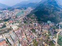 SAPA VIETNAM - 05 MARS 2017: Sikt från ovannämnt av staden Sapa i nordvästliga Vietnam Staden Royaltyfria Foton