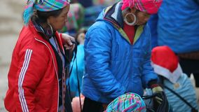 SAPA VIETNAM - NOV4,2017: il mestiere commerciale della mano della tribù vietnamita della collina di tradizione copre del mercato archivi video