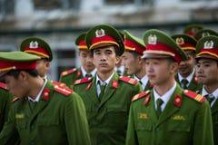 SAPA VIETNAM - NOV3,2017: Vietnam soldatmarsch i mitt av Royaltyfri Bild