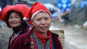 Sapa, Vietnam - 30 novembre 2016 : Une femme de l'ethnie de Dao rouge dans un costume national Pose devant banque de vidéos