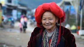 Sapa, Vietnam - 30 novembre 2016 : Une femme de l'ethnie de Dao rouge dans un costume national Pose devant clips vidéos