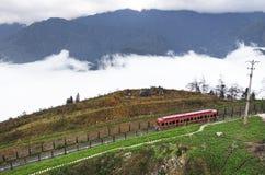 SAPA, VIETNAM: Rode kabelwagen tot de bovenkant van de Fansipan-berg, de hoogste berg in Indochina royalty-vrije stock afbeeldingen