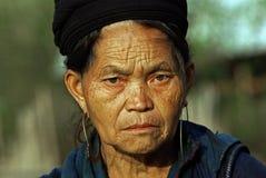 SAPA VIETNAM - SEP 30: Unidentified gammala kvinnor av blomman H'mo Royaltyfria Bilder