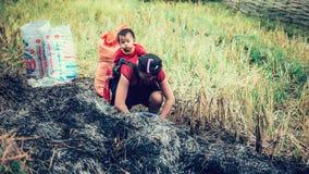 SAPA, Vietnam - 10 September 2016: Een niet geïdentificeerde Hmong-vrouw die haar kind in haar babydrager vervoeren in Noordelijk Royalty-vrije Stock Afbeelding
