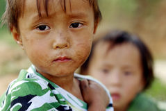 SAPA, VIETNAM - 13 SEPTEMBRE : Deux garçons non identifiés de la fleur H'mon Images stock