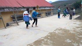 Sapa, Vietname - 1º de dezembro de 2016: Crianças da minoria étnica na escola Os saques da construção como um jardim de infância  filme