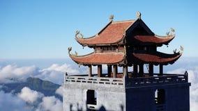 Sapa, Vietname - 4 de dezembro de 2017: Timelapse do pagode budista situado na montanha de Fansipan em Sapa, Vietname