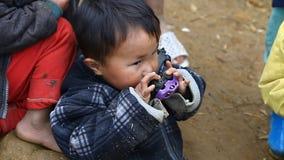 Sapa, Vietname - 30 de novembro de 2016: As crianças do grupo étnico de Hmong preto vivem na pobreza nas vilas encontradas dentro filme