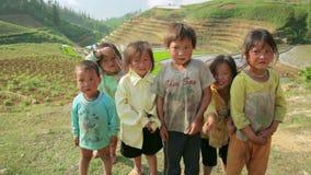 SAPA, VIETNAME - EM MAIO DE 2014: menina do turista com crianças nativas filme